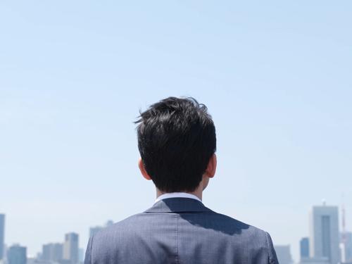 空を見上げる人のイメージ画像