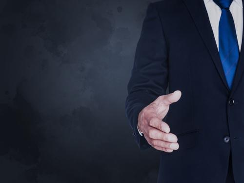 握手を求める人のイメージ画像