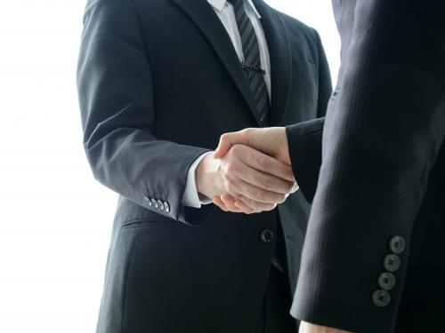 握手する人のイメージ画像