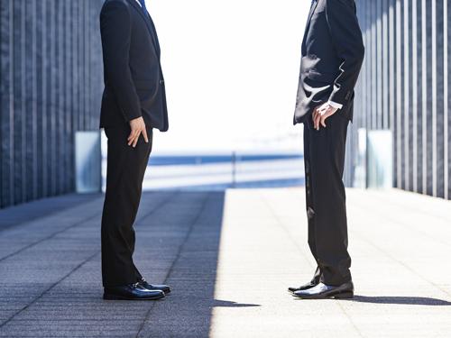 向かい合う2人の男性