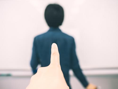 人に指をさすイメージ画像