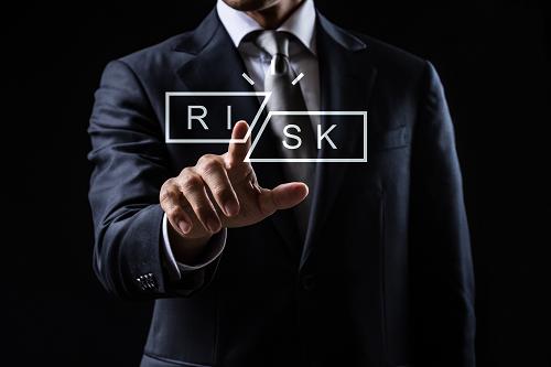 RISKを指さす人のイメージ画像