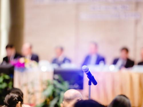 株主総会のイメージ画像(会場とマイク)