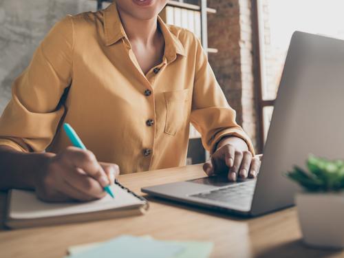 オンライン研修を受ける女性