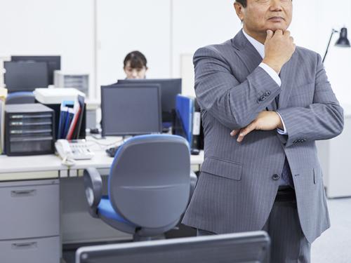 オフィスで考えるビジネスマン