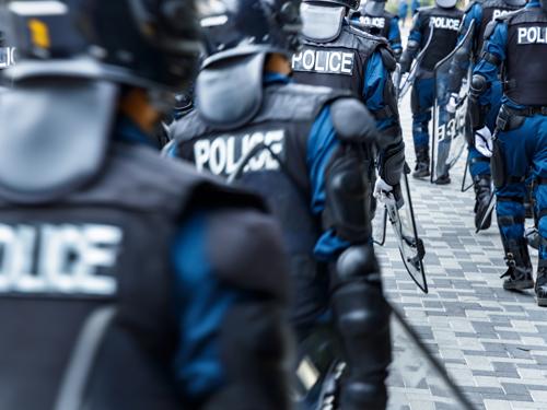 警察官の後ろ姿